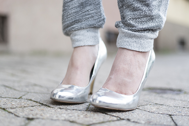 Modeblog-Deutschland-Deutsche-Mode-Mode-Influencer-Andrea-Funk-andysparkles-Berlin-graue-Jogginghose-Metallic-High-Heels
