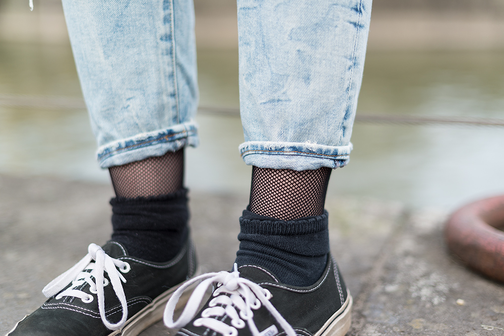 Modeblog-Deutschland-Deutsche-Mode-Mode-Influencer-Andrea-Funk-andysparkles-Berlin-Fishnet-Tights-Netz-Strumpfhose-Blogger-Style-Blogger-Contest-Koeln-Ripped-Jeans-Denim-Vans-Sneakers