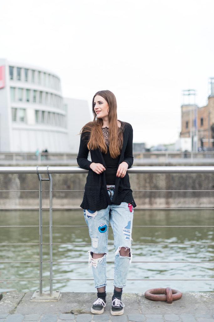 Modeblog-Deutschland-Deutsche-Mode-Mode-Influencer-Andrea-Funk-andysparkles-Berlin-Fishnet-Tights-Netz-Strumpfhose-Blogger-Style-Blogger-Contest-Koeln-Ripped-Jeans-Denim-Vans-Sneakers