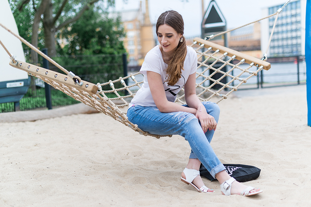 Modeblog-Deutschland-Deutsche-Mode-Mode-Influencer-Andrea-Funk-andysparkles-Berlin-Rheinufer-T-Shirt-Startnext_EMU-Sandalen-Marc-Aurel-Fashion-Jeans-Casual-Look