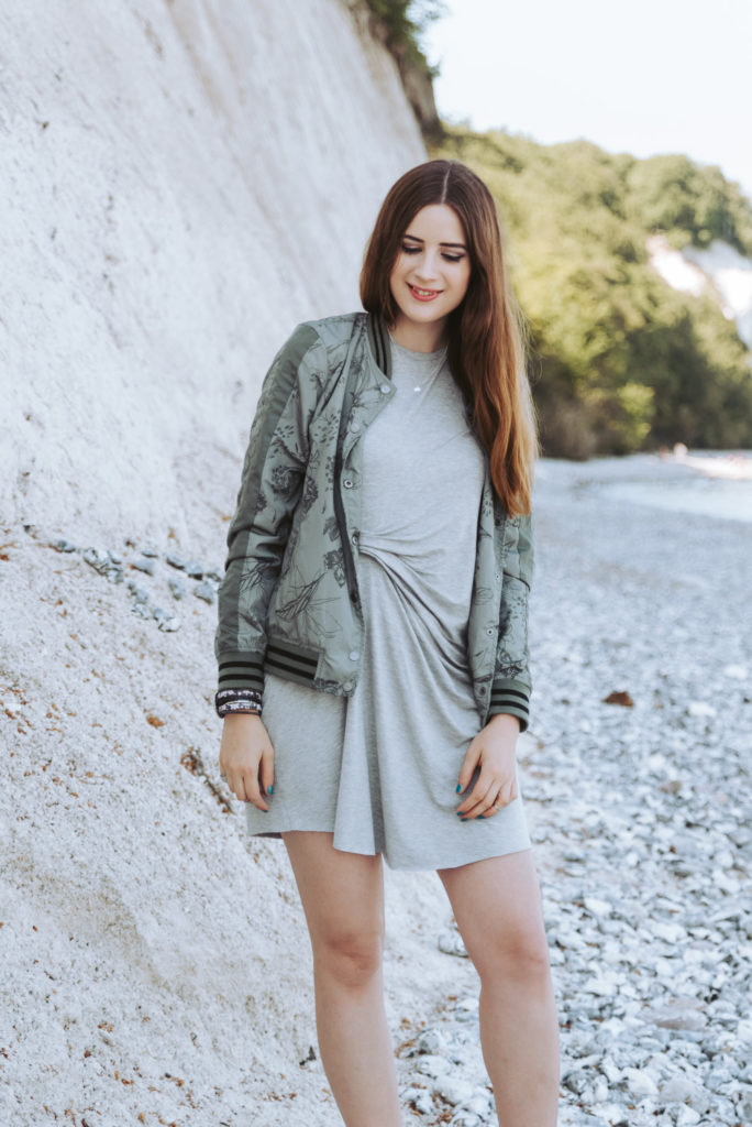Modeblog-Deutschland-Deutsche-Mode-Mode-Influencer-Andrea-Funk-andysparkles-Berlin-Khaki BomberjackeBomberjacke-T-Shirtkleid