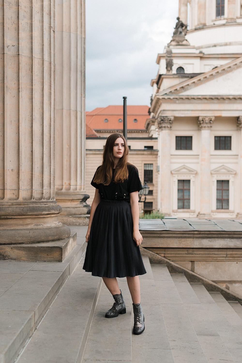 andysparkles-Modeblog Berlin-Graue Schnürboots-Plisseerock-Korsett T-Shirt