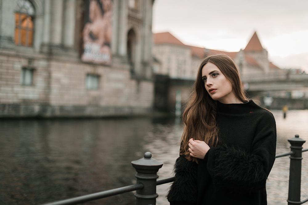 andysparkles-Kleid mit Statementärmeln-Ohlala Clutch