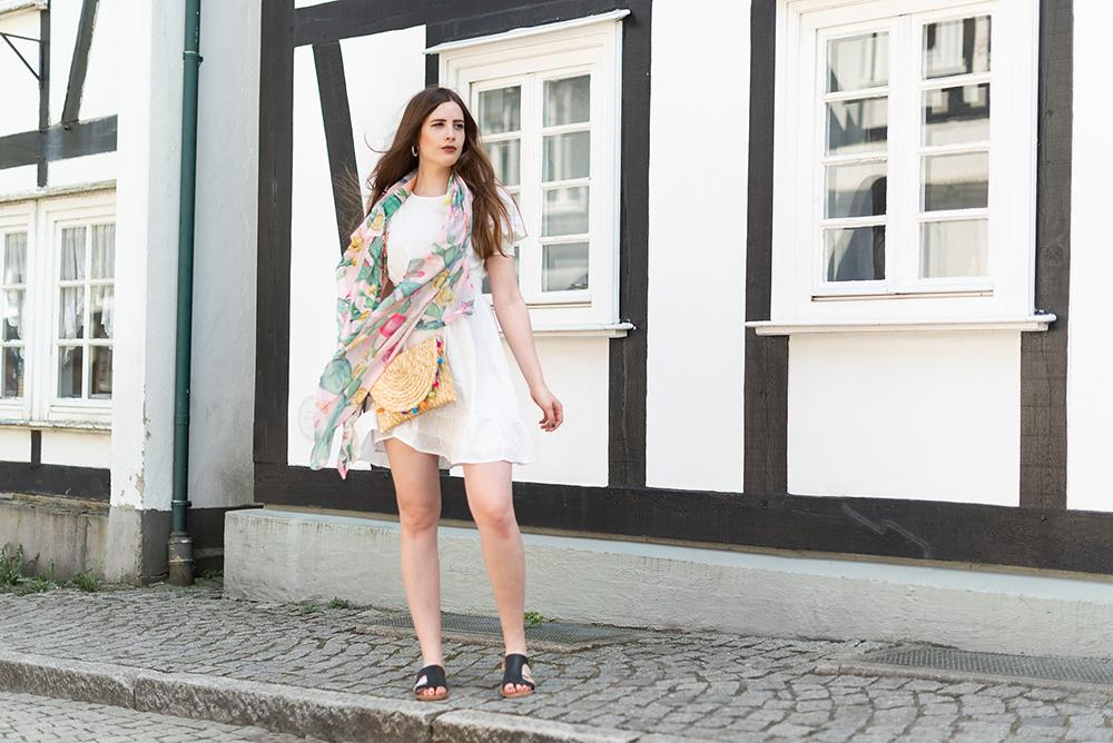 Sommerlook 2018-Sommerkleid mit Bast-Handtasche-Modeblog Berlin-andysparkles