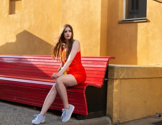 Warum du Rot tragen solltest-Sommeroutfit in Rot-Vila Sommer Outfit-Modeblogger Berlin-Puma Sneaker Schleifchen-andysparkles