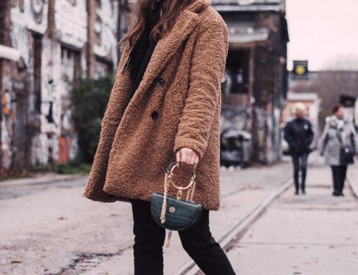 Outfit mit Teddyfell-Mantel