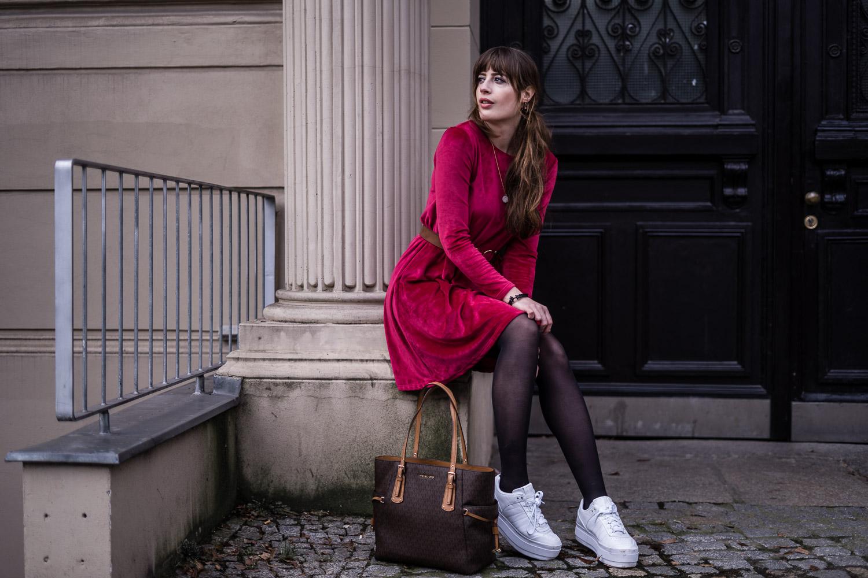 Kleid mit Plateau Sneakers kombinieren