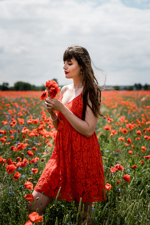 rotes Kleid im Mohnfeld