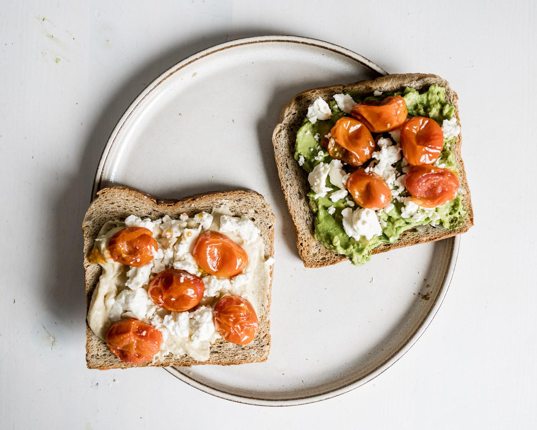 Avocado Toast mit Tomaten und Feta